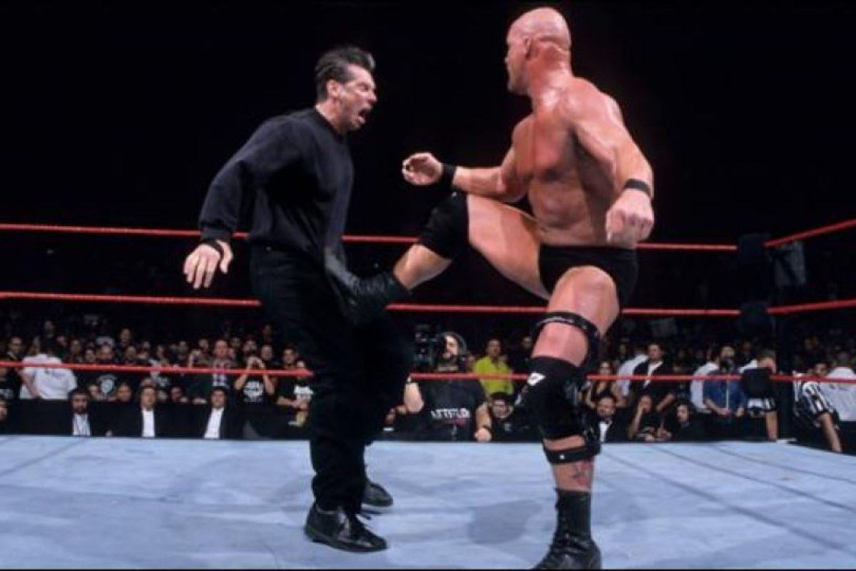 Solo quedaban en el ring, Vince McMahon y Stone Cold Foto:WWE. Imagen Por: