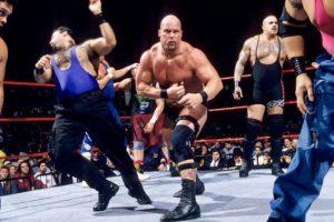 Stone Cold aprovechó que los réferis no se percataron de su salida, para regresar al ring y ganar en 1997 Foto:WWE. Imagen Por: