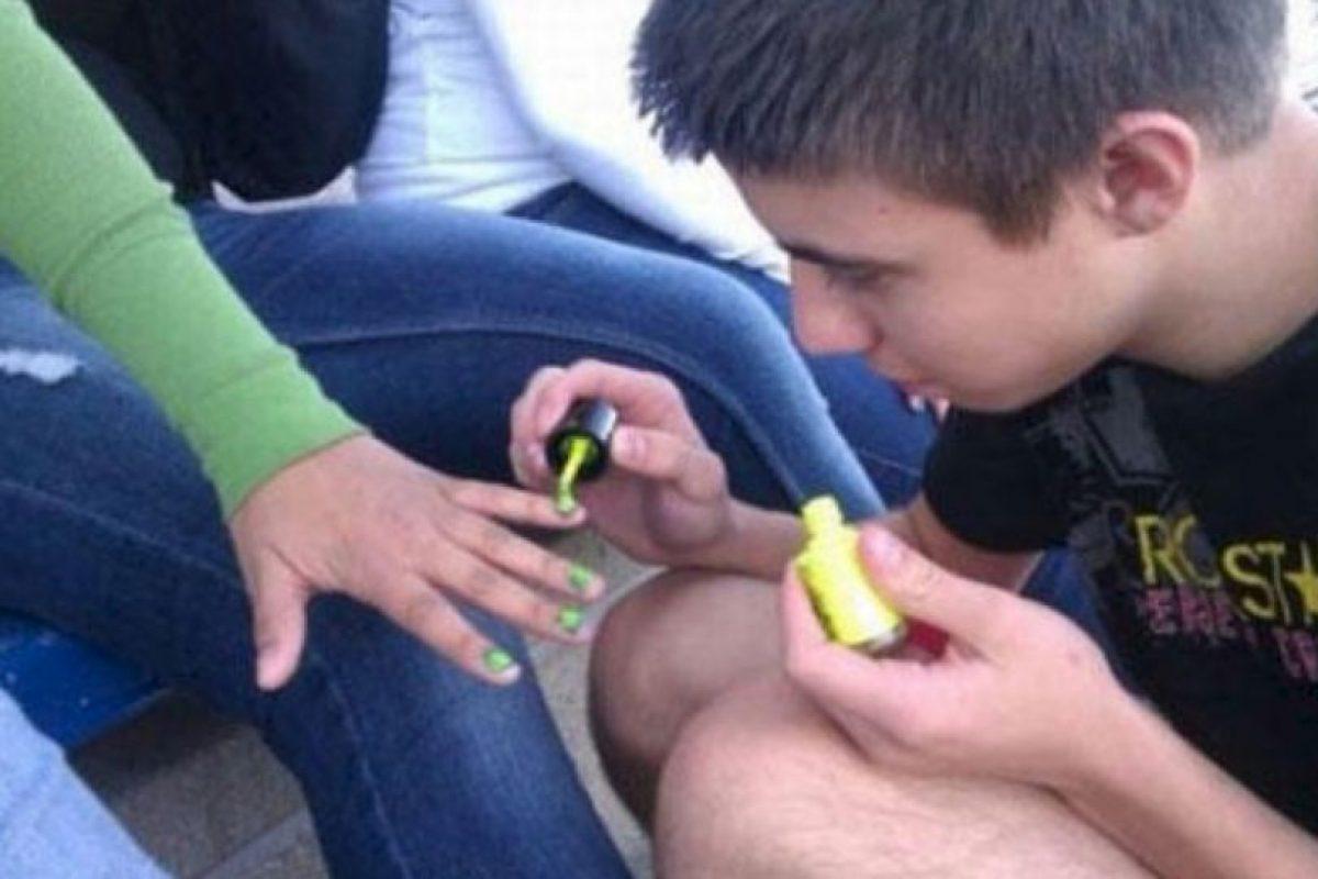 Porque si un hombre ama, puede ser manicurista. Foto:The Berry. Imagen Por: