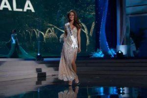 Miss Guatemala evitó un daño en su vestido y decidió levantarlo disimuladamente. Foto:Miss Universe.com. Imagen Por: