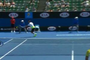Adrian Mannarino no alcanzó a golpear la bola Foto:Youtube: Australian Open TV. Imagen Por: