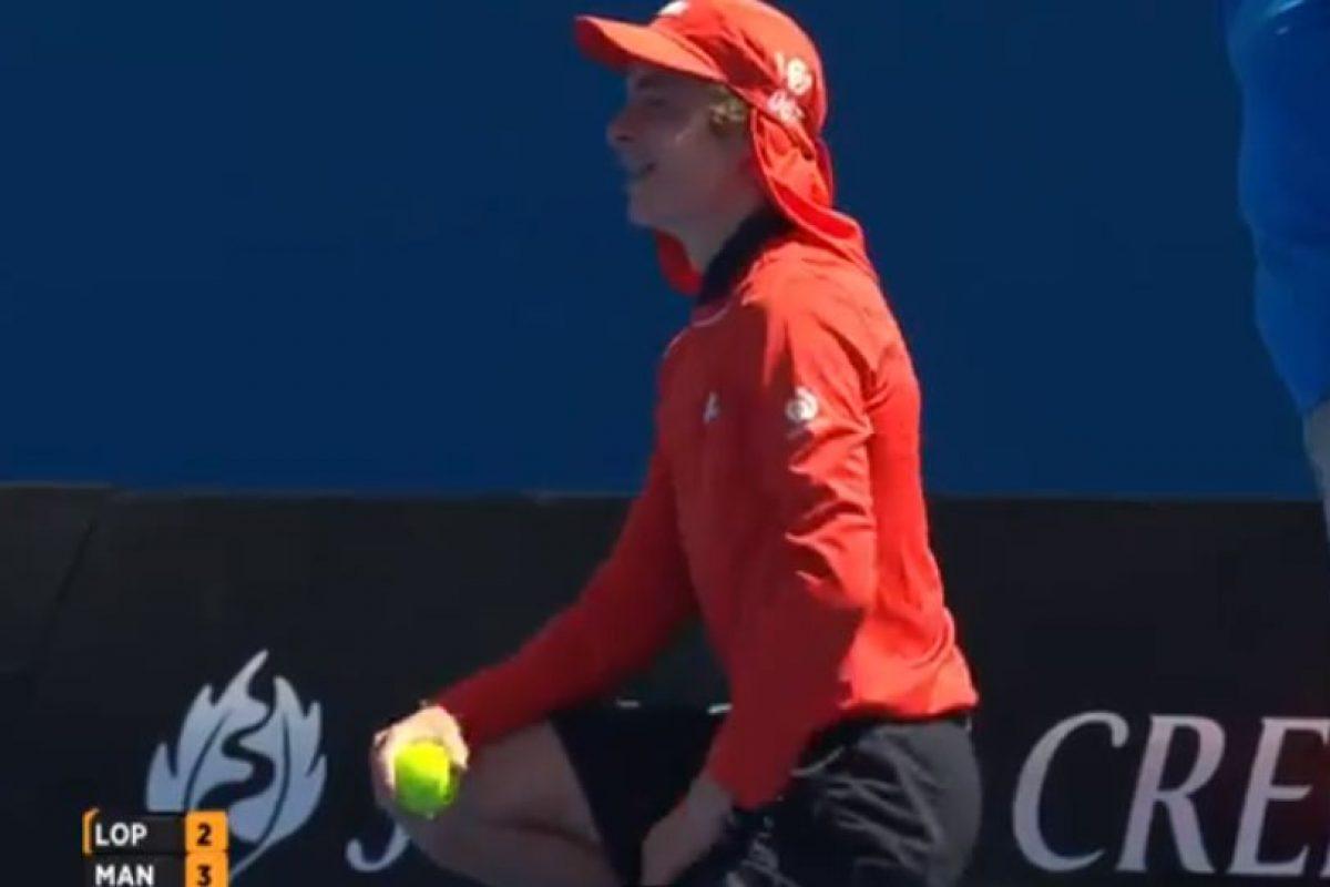 La pelota golpeó en el recogebolas Foto:Youtube: Australian Open TV. Imagen Por: