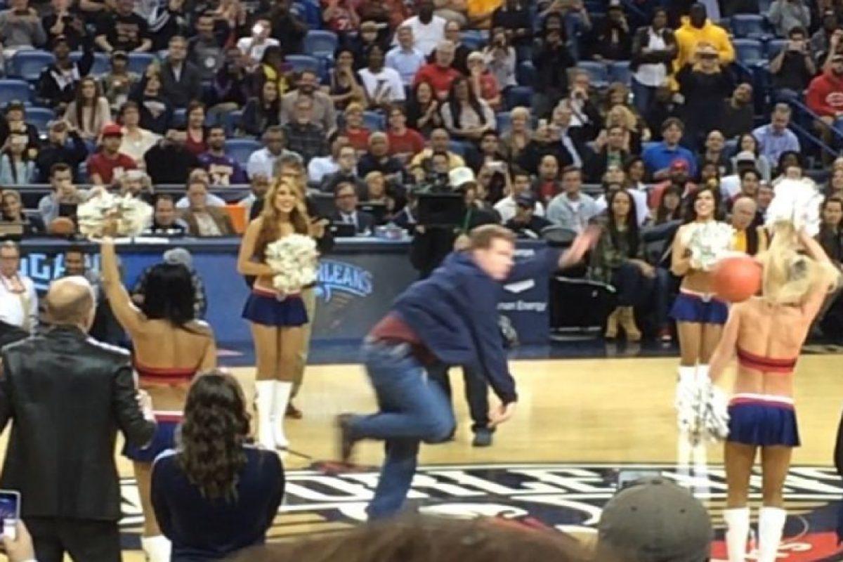 Así fue el balonazo de Ferrell a la porrista. Foto:Twitter. Imagen Por: