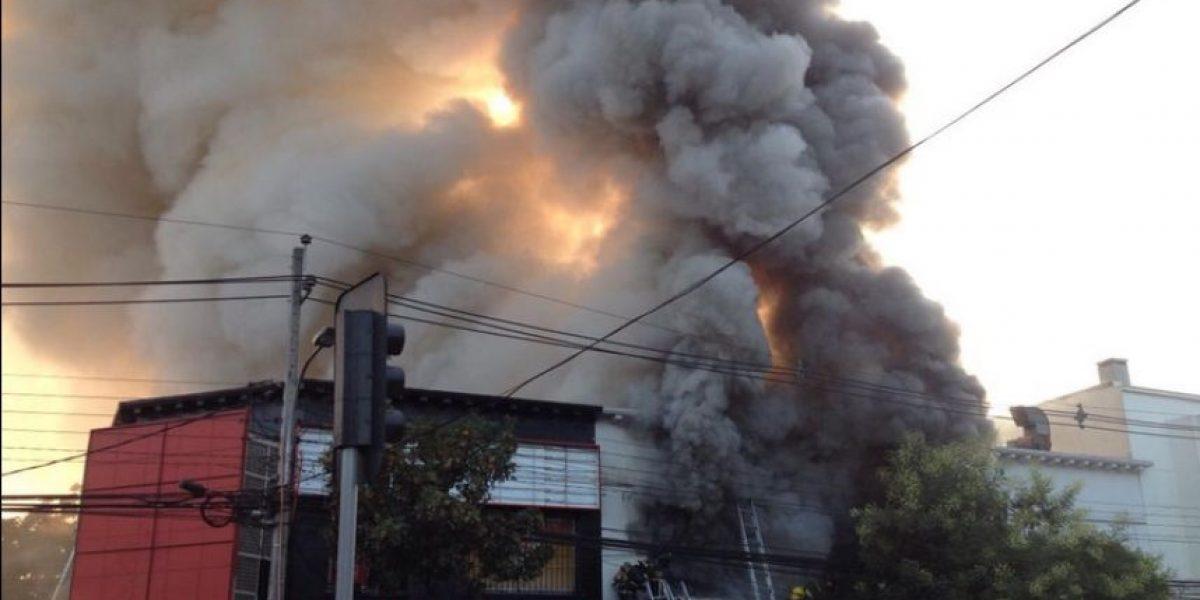 Incendio en barrio Franklin: 10 Compañías de Bomberos trabajan en el control de las llamas