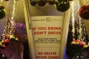 """No se permite selfie stick"" Foto:Reddit. Imagen Por:"