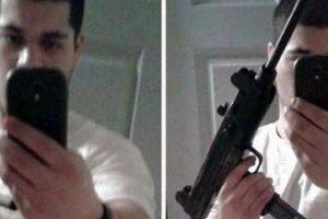 Este joven decidió publicar este selfie mientras sostenía la metralleta que utilizó en el robo a un banco. Foto:Twitter. Imagen Por: