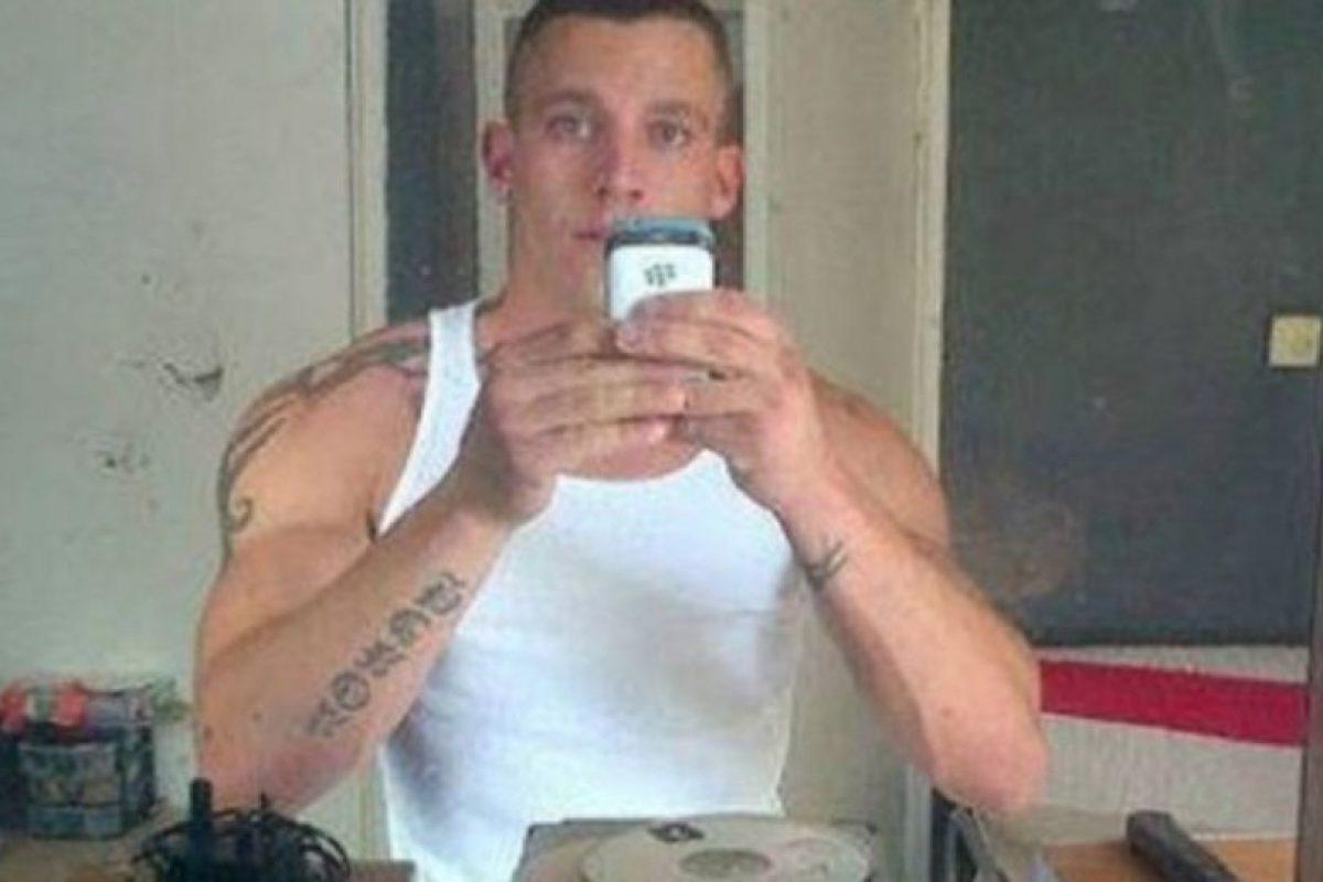 Este ladrón inglés se tomo una selfie con el teléfono de una de sus víctimas. Foto:Twitter. Imagen Por: