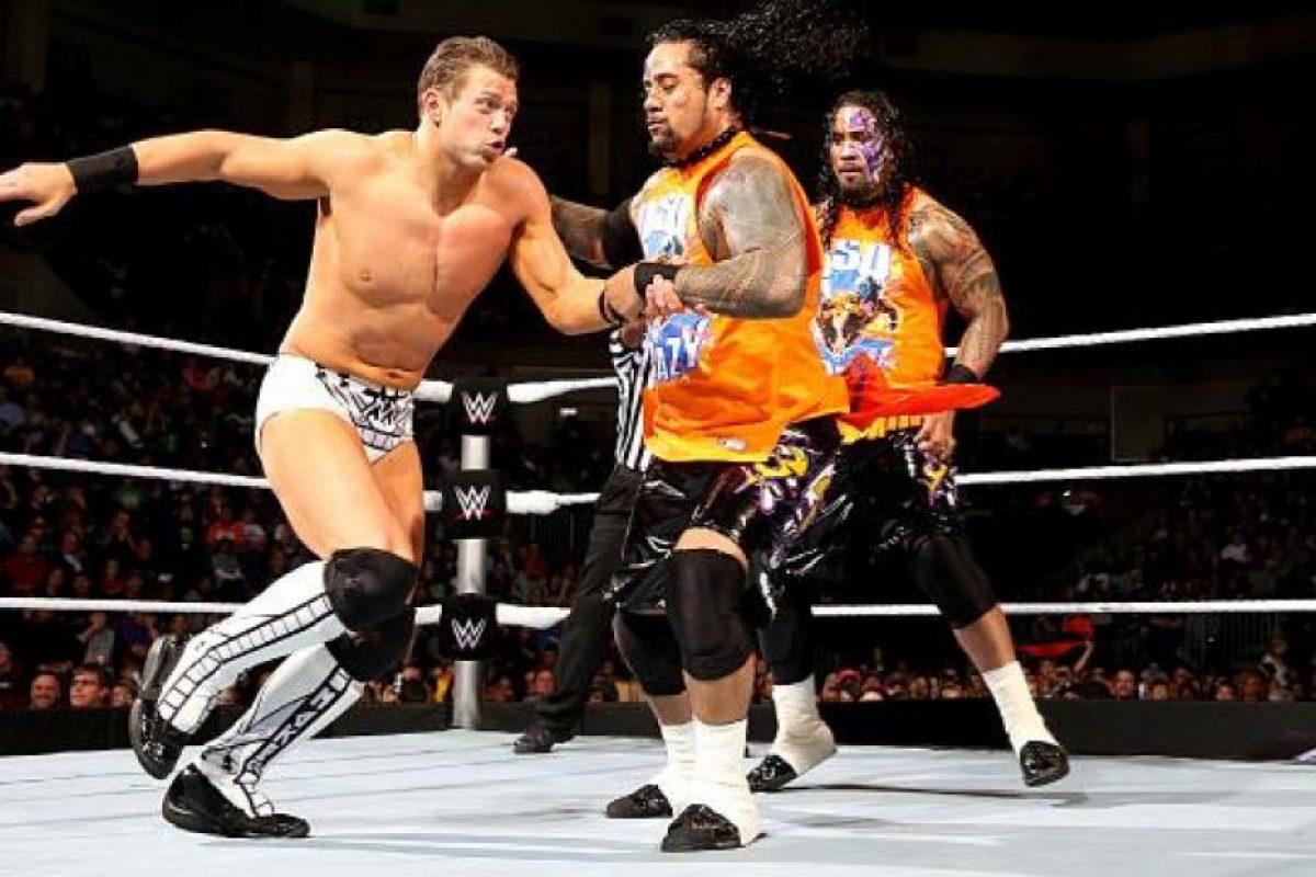Jimmy y Jey Uso llevarán a su pareja a la batalla real Foto:WWE. Imagen Por: