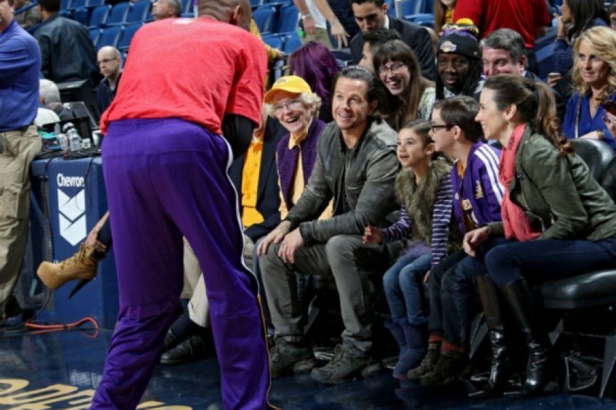 Mark Wahlberg posó para la foto con los fans. Foto:twitter.com/PelicansNBA. Imagen Por: