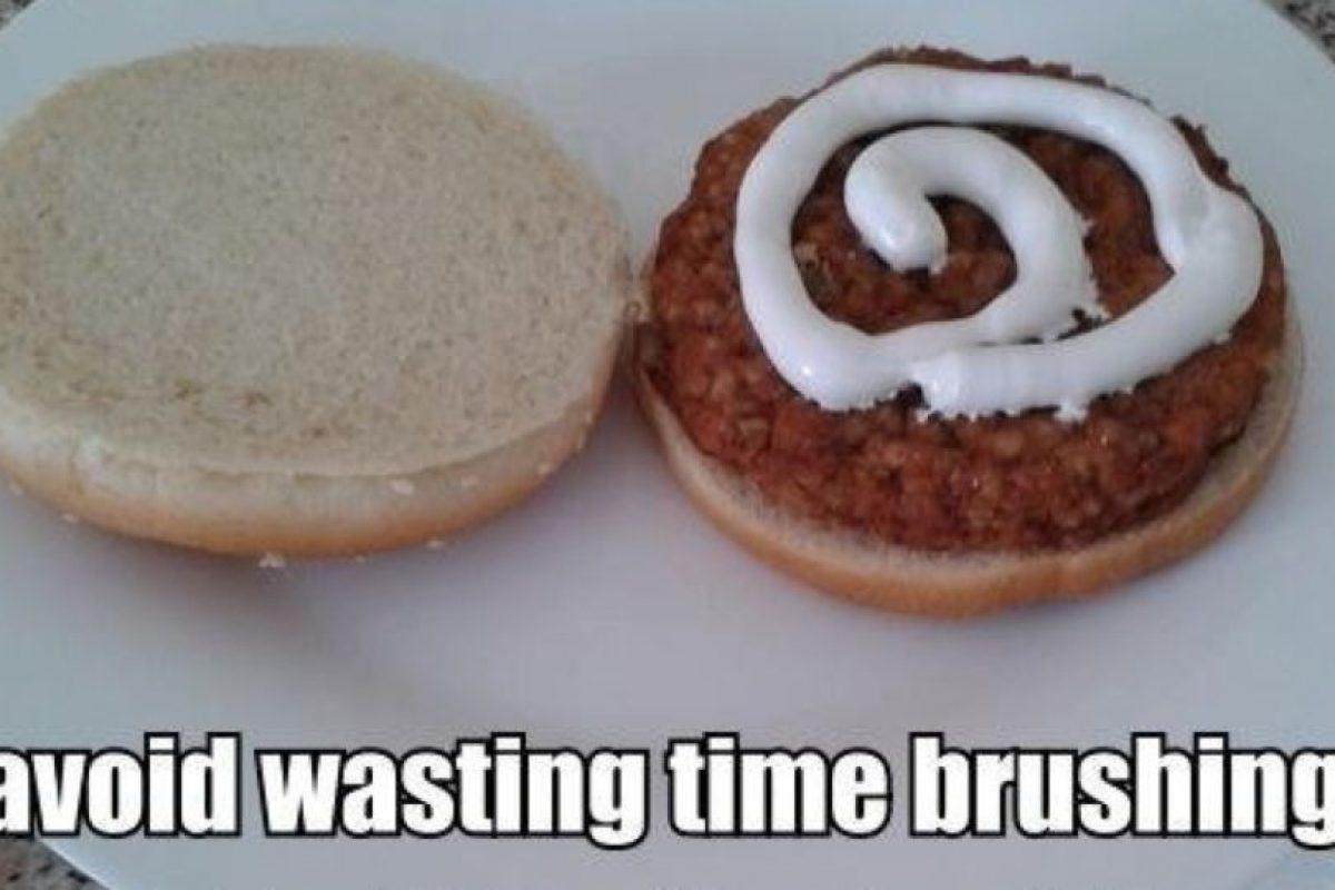 Lavarse los dientes y comer. Foto:There I Fixed. Imagen Por: