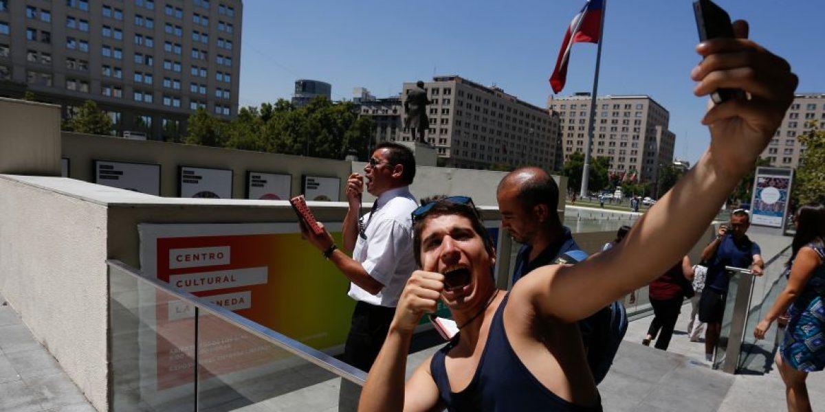 Con selfies pastor Soto y sus adherentes protestan frente a La Moneda