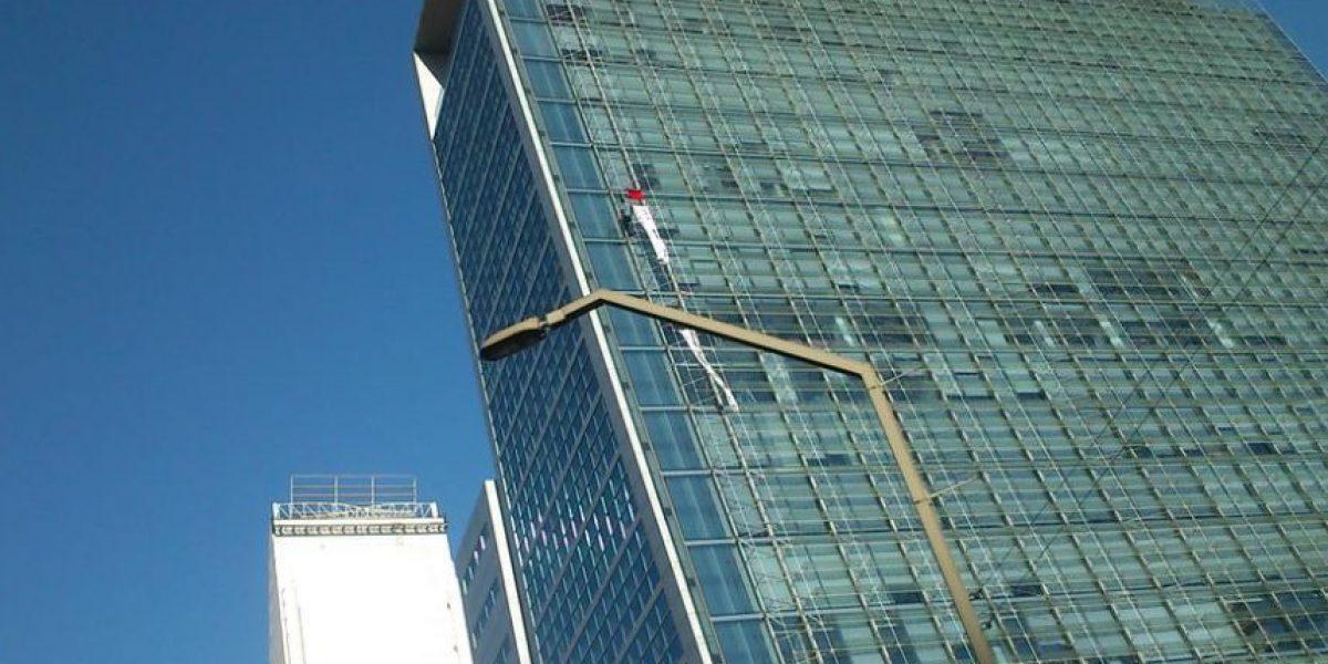 Las Condes: trabajador protesta desde piso 14 y amenaza con lanzarse al vacío
