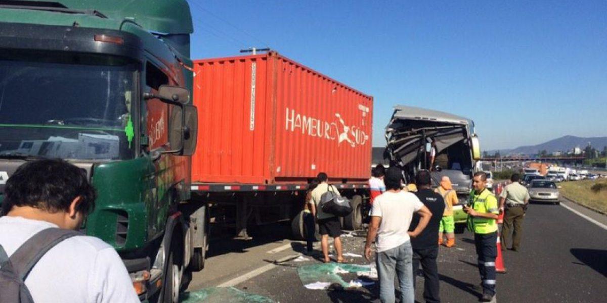 Bus interurbano protagoniza choque y bloquea carretera cerca del peaje del Túnel Zapata