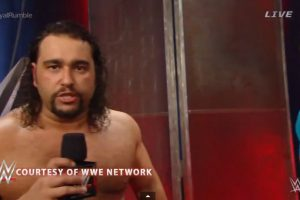 Pero Rusev le quitó el micrófono Foto:WWE. Imagen Por: