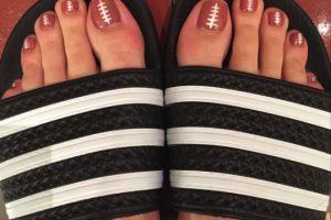 Recientemente compartió su esmalte de uñas con motivos de balón de fútbol américano. Foto:Instagram/Katy Perry. Imagen Por: