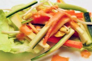 6. Aderezos. La mayoría de los aderezos de ensalada tienen mucha grasa y un alto contenido calórico. Dos cucharadas tienen 200 calorías en promedio. Foto:Tumblr.com/Tagged-salad. Imagen Por: