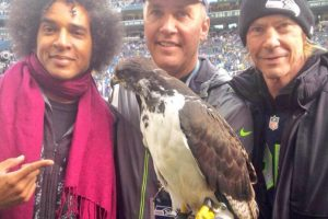 El bajista de Guns N' Roses (derecha) espera el bicampeonato de Seattle Foto:Twitter: @710ESPNSeattle. Imagen Por: