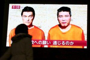 El piloto jordano y el periodista japones son rehénes del grupo yihadista. Foto:AP. Imagen Por: