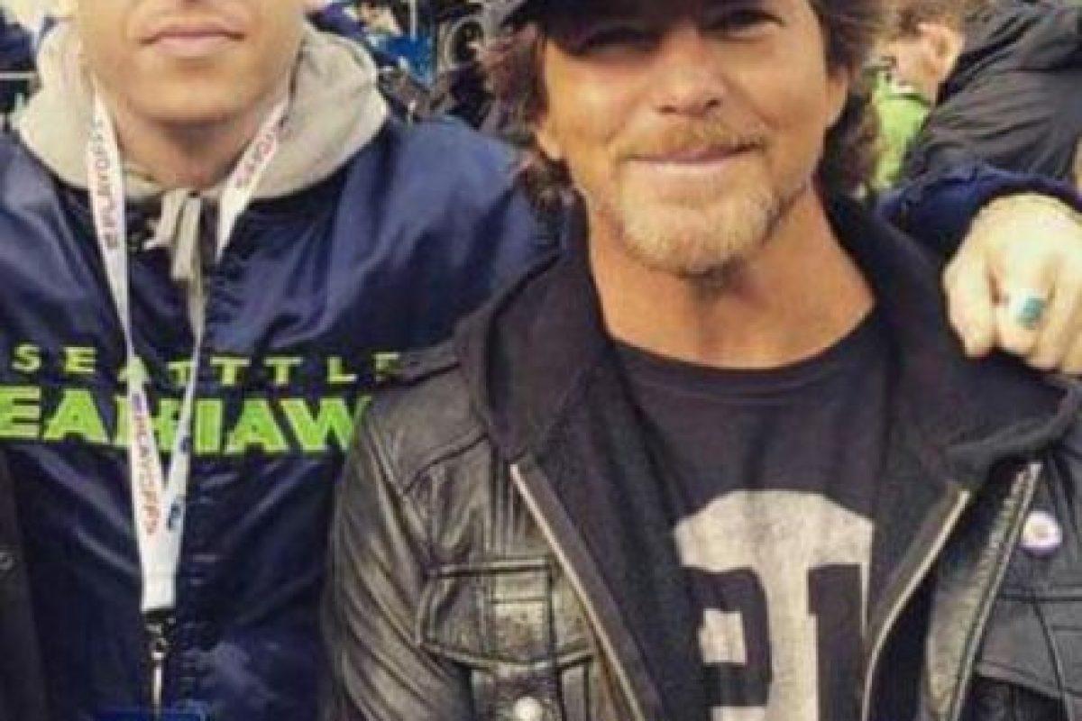 El vocalista de Pearl Jam (derecha) sigue a los Seahawks Foto:Getty. Imagen Por: