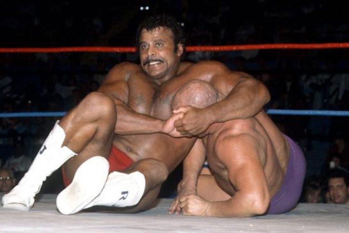 Rocky Johnson es padre de La Roca. Él se casó con la hija de Peter Maivia Foto:WWE. Imagen Por: