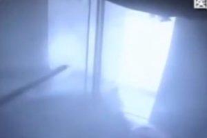 Hasta que los dos cayeron en un hueco del ascensor desde el piso 15. Foto:Liveleak. Imagen Por: