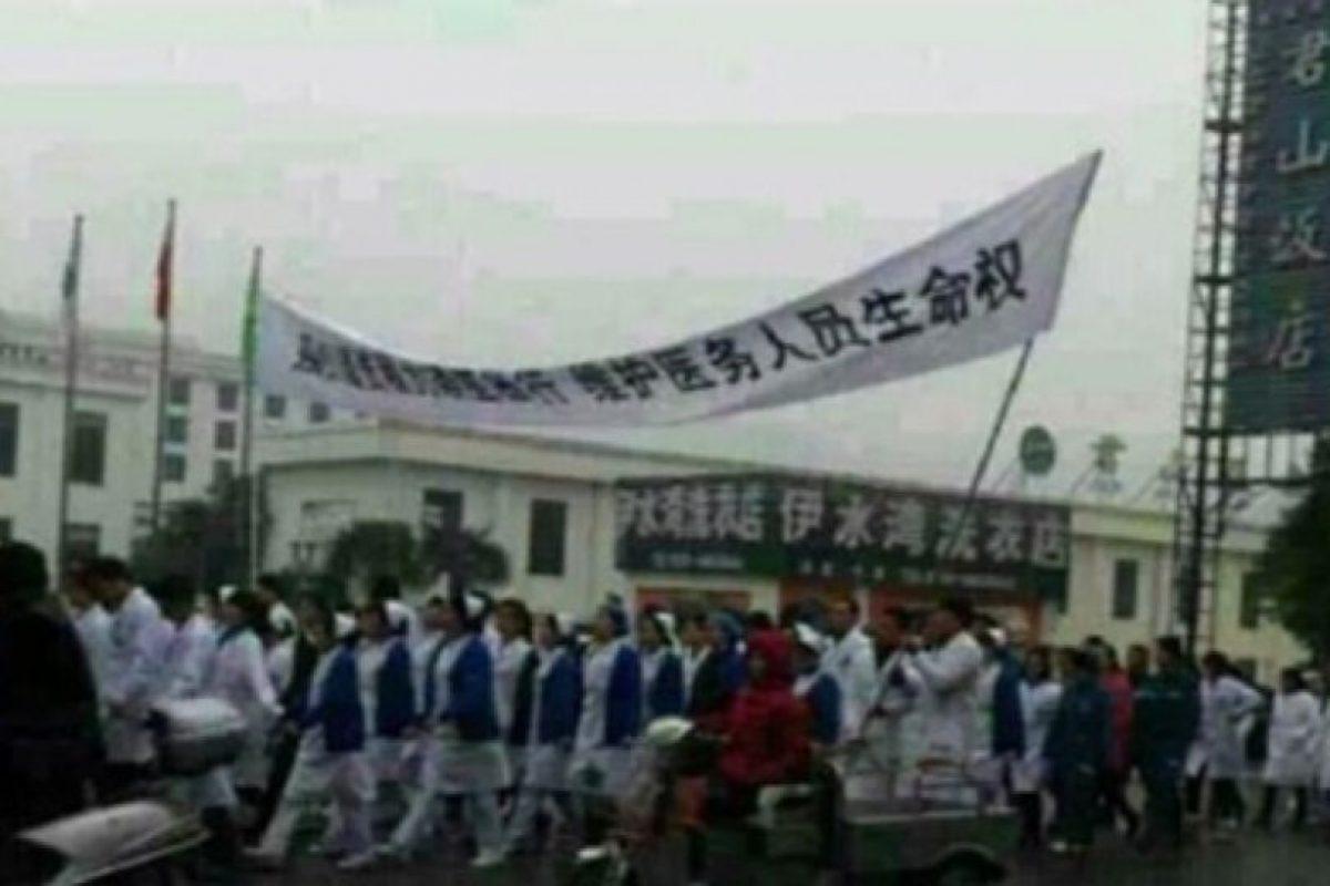 Sus compañeros protestaron por su asesinato. Foto:Weibo. Imagen Por: