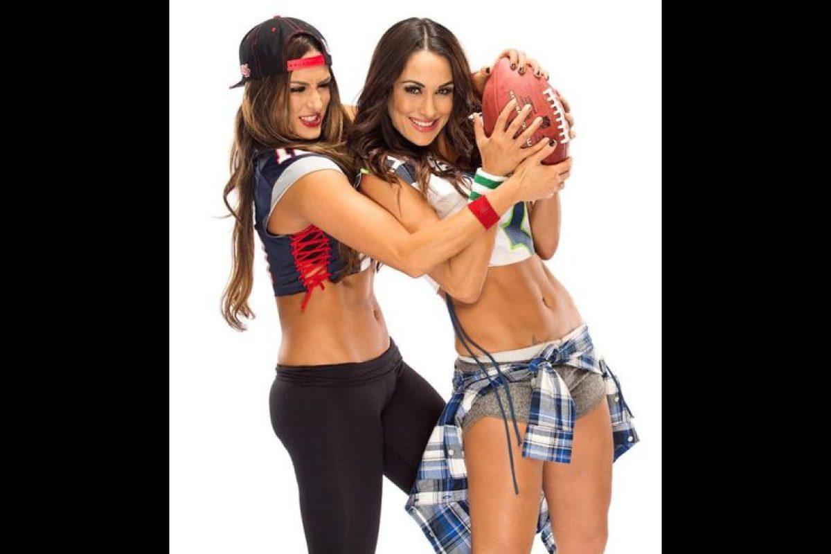 Las gemelas Bella tienen preferencias distintas en el partido más importante de la NFL Foto:WWE. Imagen Por: