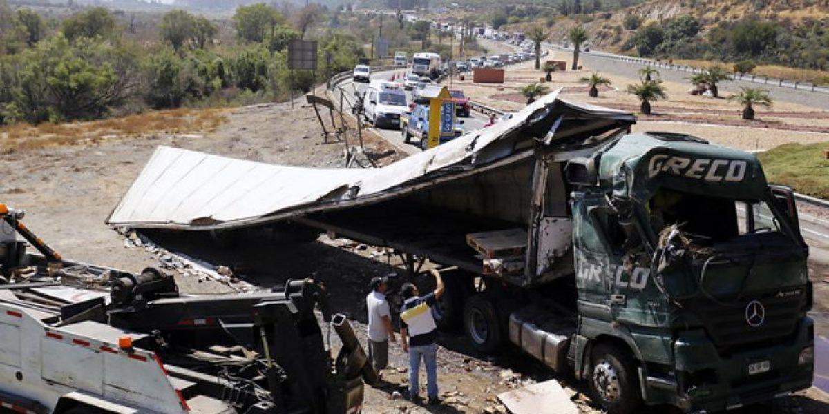 Así quedó el camión que se volcó en la Ruta 5 Norte y que produjo kilométrico taco