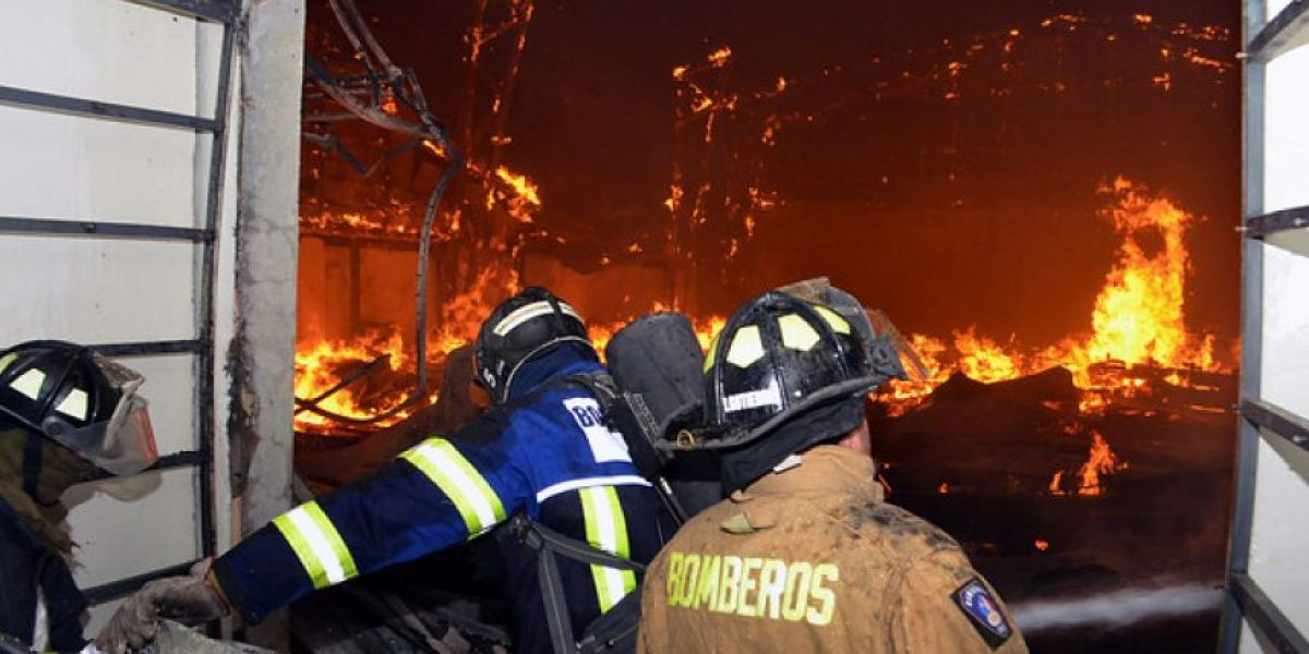 13 locales comerciales fueron destruidos por las llamas en incendio en Talca