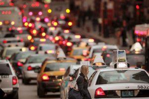 11. Utilicen aplicaciones móviles para verificar el tránsito en su zona: Antes de iniciar su marcha les podrían a planear rutas alternas Foto:Getty Images. Imagen Por: