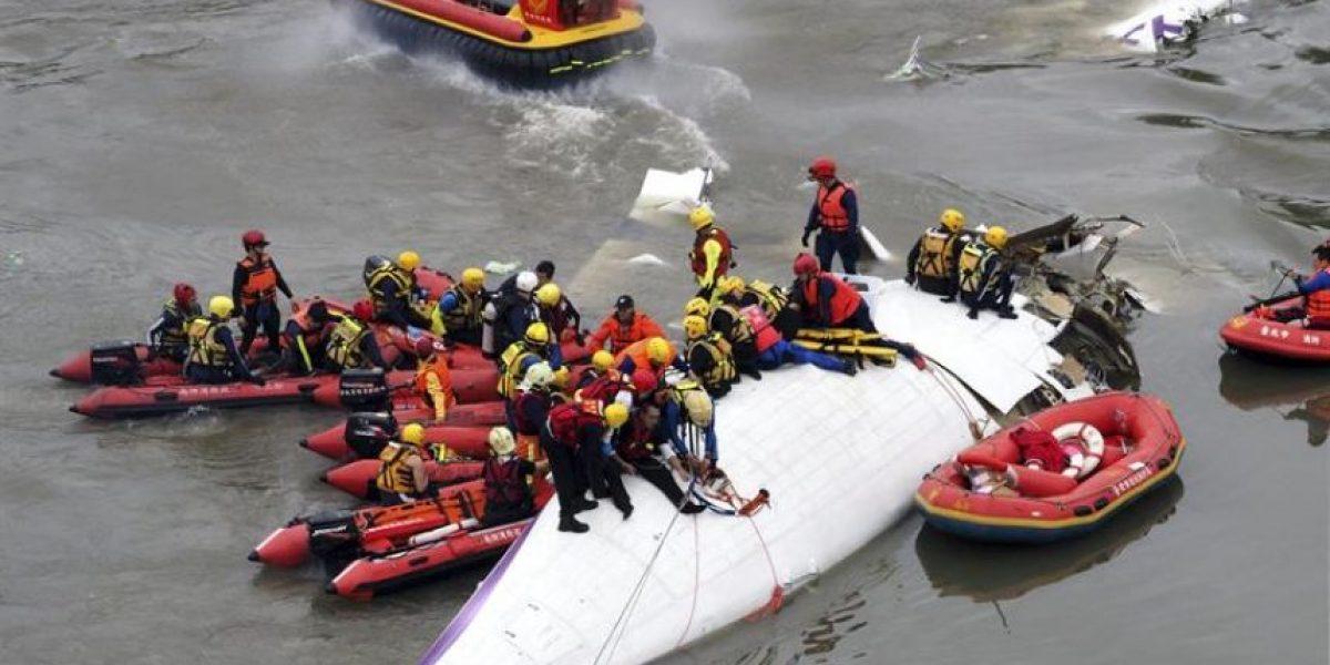 Avión que cayó al mar en Taiwán deja al menos 23 muertos y 20 de desaparecidos