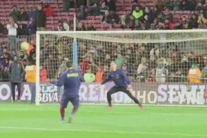 Leo Messi tiró al arco durante el calentamiento. Foto:Vine. Imagen Por:
