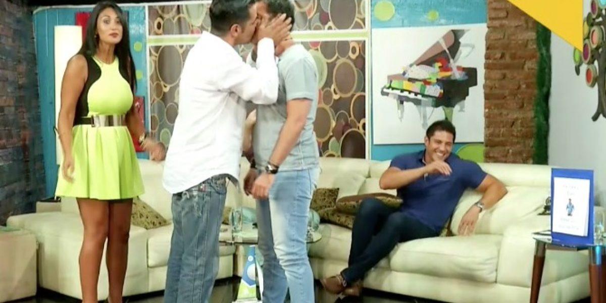 Juan Falcón sorprende con osado beso... ¡a otro hombre!