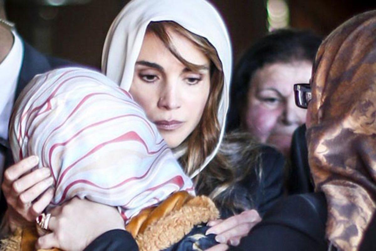 La reina Rania de Jordania consuela a la esposa del piloto asesinado. Foto:AFP. Imagen Por: