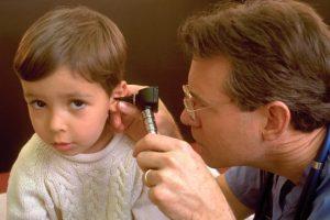 """El método principal para evitar la aparición de otitis es secarse bien las orejas al salir del agua. Para esto, se recomienda """"inclinar la cabeza de los niños hacia ambos lados para que el agua salga"""". También se puede utilizar un secador de pelo. Foto:Getty Images. Imagen Por:"""