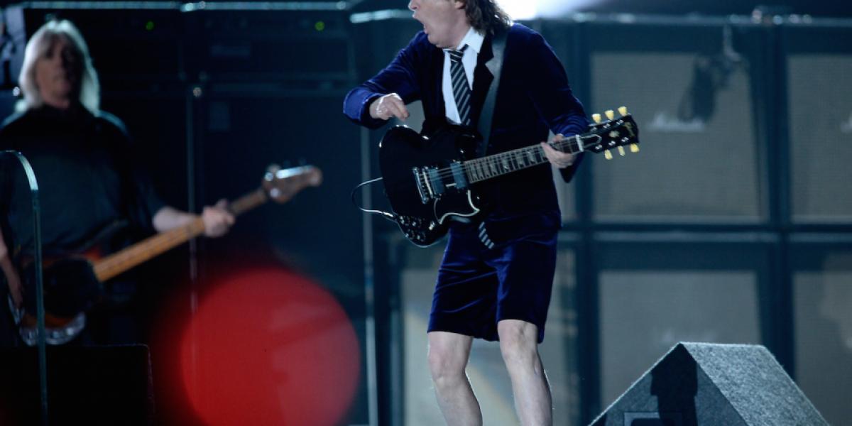 ¿No sabía la canción? AC/DC usó teleprompter en los Grammy