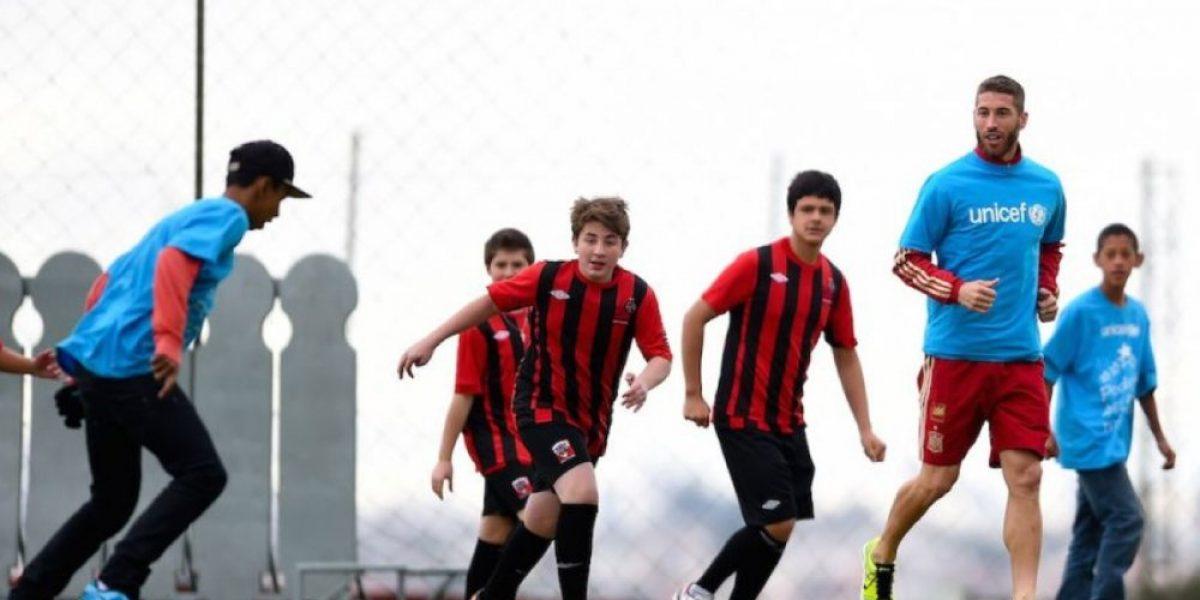 FOTOS: 8 futbolistas que son amables con los niños aficionados