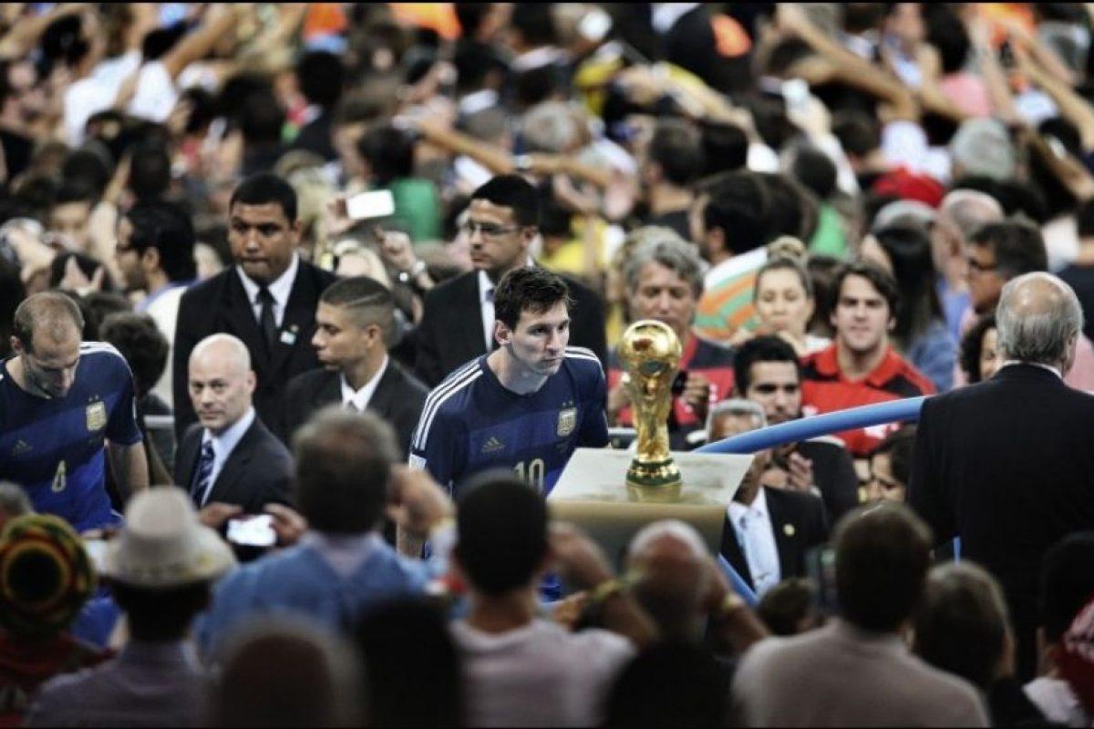 """Primer lugar """"Deportes"""": Bao Tailiang, de China, muestra el momento en que Lionel Messi observa la Copa del Mundo. Argentina perdió la final en contra de Alemania 1-0 Foto:World Press Photo 2015. Imagen Por:"""