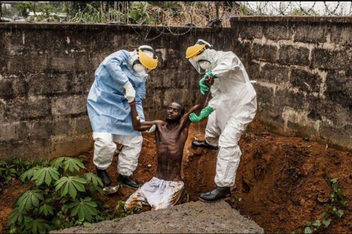 """Primer Lugar, categoría """"Historia en Noticias Generales"""". La fotografía de Pete Muller, de Estados Unidos, muestra a médicos tratando a un hombre que delira debido a que padece Ébola. Ellos tratan de regresarlo al aislamiento del que escapó. Foto:World Press Photo 2015. Imagen Por:"""