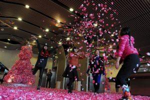 China: Hombres solteros lanzan pétalos para atraer la buena suerte en San Valentín Foto:Getty Images. Imagen Por:
