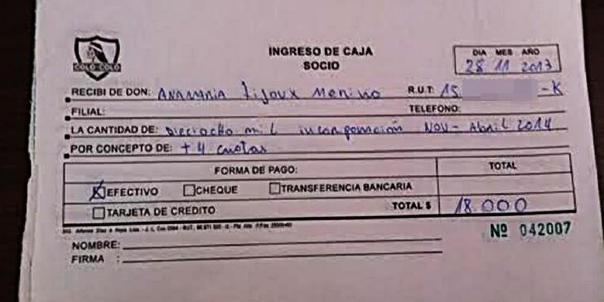 Anita Tijoux visitó el plantel de Colo Colo y Tapia agradeció