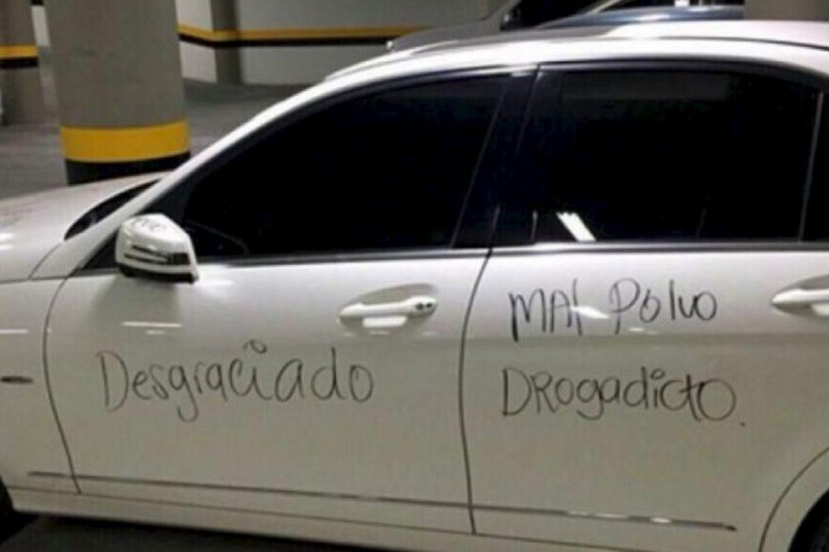 Escribir verdades en su auto. Foto:Facebook. Imagen Por: