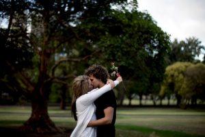 Por ello, no vale la pena querer conseguir una pareja con quien lleguemos a un estado de perfección y completud. Primero porque es imposible, es sólo una ilusión, y segundo porque eso aplasta el deseo. Foto:Getty Images. Imagen Por:
