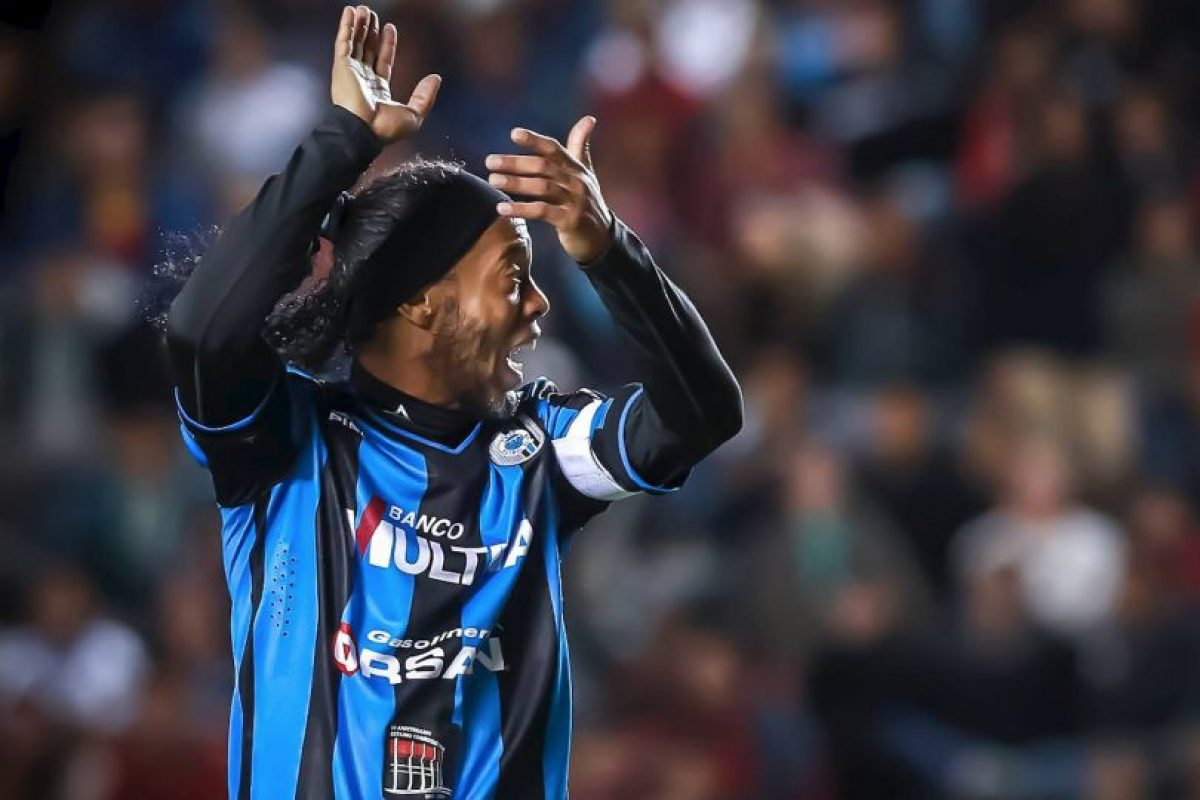 Gana un millón de dólares al año Foto:Facebook: Ronaldinho Gaúcho. Imagen Por: