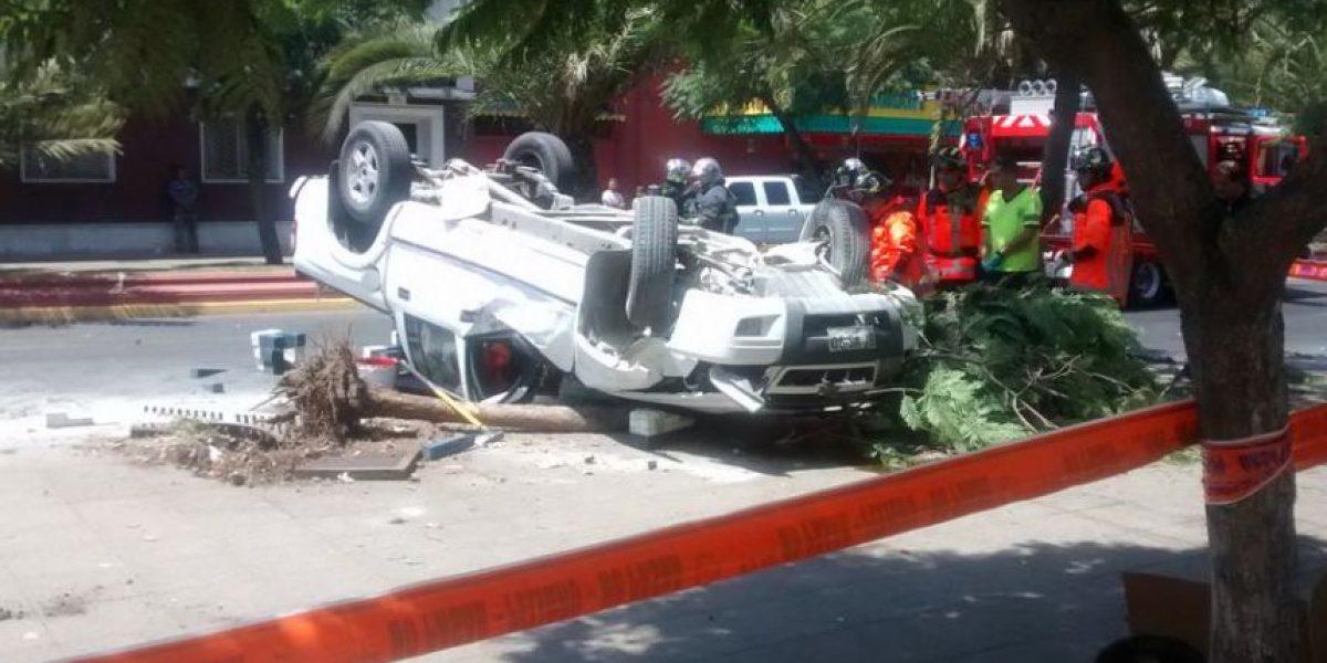 Volcamiento de vehículo mantiene cortado el tránsito en el centro de Santiago