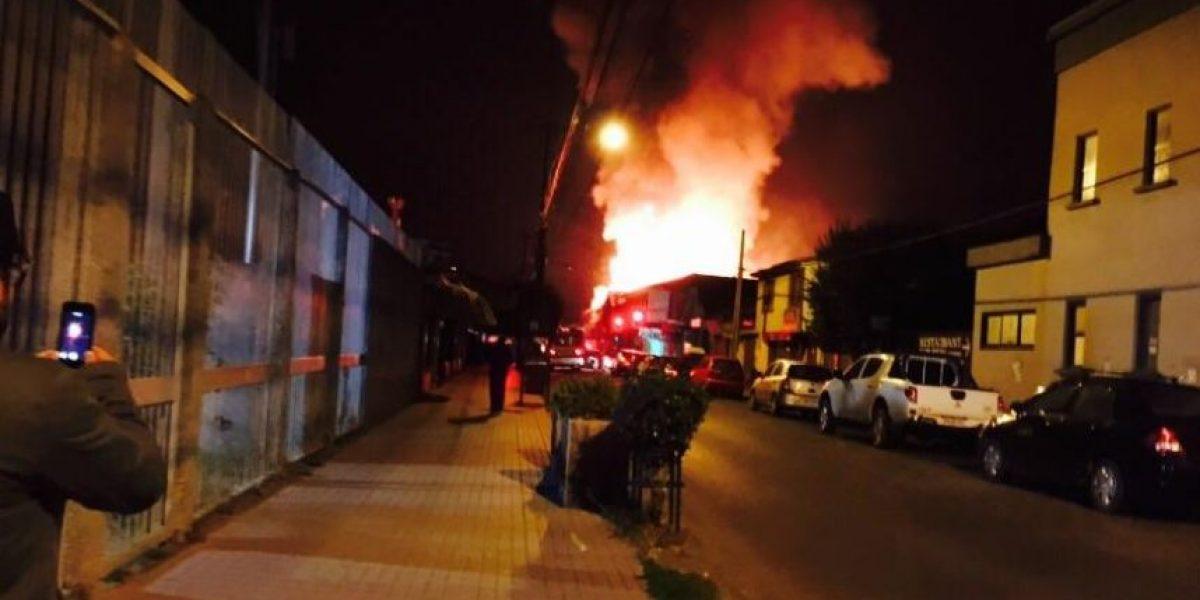 Voraz incendio consume una casa, un supermercardo y el terminal de buses de Cañete