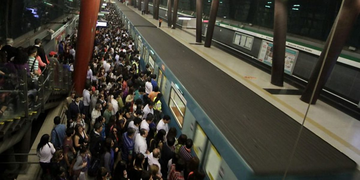 Metro de Santiago aplica medida especial por masiva llegada de hinchas al Estadio Nacional