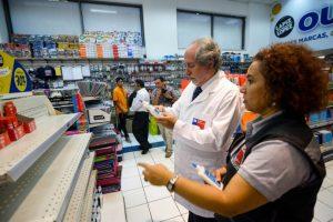 El Doctor Carlos Aranda (c) de la SEREMI de Salud de la Región Metropolitana junto a su equipo revisan diversos artículos escolares, en un lo local de venta de una reconocida cadena de expendio de estos productos, con el fin de encontrar irregularidades en sus etiquetados. Foto:Agencia UNO. Imagen Por: