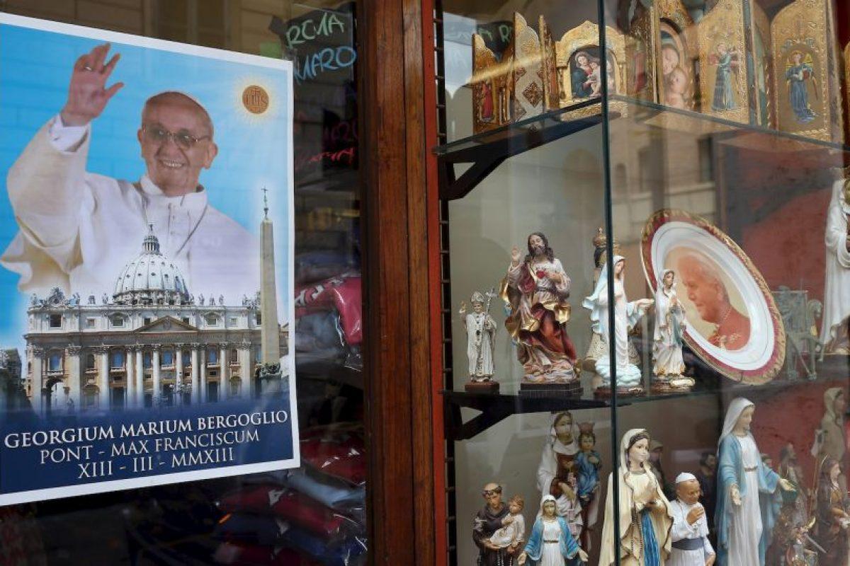Pósters, cuadros, platos, rosarios son algunos de los objetos que tienen la figura de Francisco. Foto:Getty Images. Imagen Por: