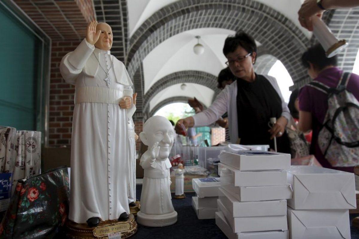 En el Vaticano se venden infinidad de recuerdos del Pontífice. Foto:Getty Images. Imagen Por: